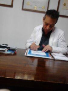 Según el material recibido, la fotografía muestra a Alfredo Flores atendiendo en su clínica en Quetzaltenango.